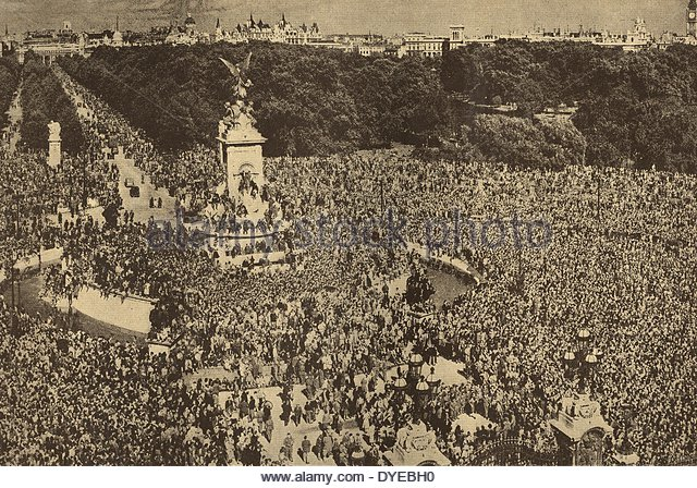 london-crowds-gather-outside-buckingham-palace-for-ve-day-celebrations-dyebh0
